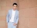 黄轩亮相两场品牌活动 浅色系西装尽显温润魅力