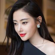 张天爱时尚妩媚写真 烈焰红唇小露香肩锁骨迷人