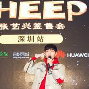 宠溺 张艺兴深圳签售教粉丝跳《SHEEP》