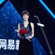 马伊�P出席某颁奖盛典 一袭黑裙优雅迷人