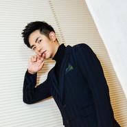 张晓龙着深蓝西装出席品牌活动 型男穿搭再现秋冬时尚