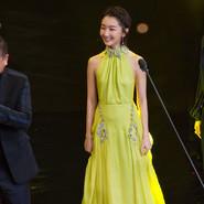 """""""最美红毯""""惊艳金马奖 周冬雨:感谢金马福荫"""