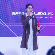 许魏洲帅气亮相活动   炫酷发型演绎新青年风范