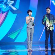 马伊�P出席某颁奖盛典 格纹套装彰显经典品味