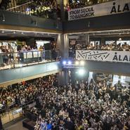 许魏洲泰国举行演唱会发布会  白衬衫牛仔裤少年感十足