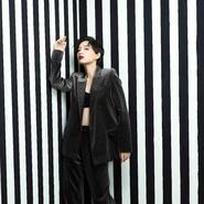 李斯丹妮时尚组图曝光 简约西装展迷人腹肌