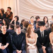 Dior中国区品牌大使Angelababy现身高订大秀 金色露肩长裙优雅梦幻