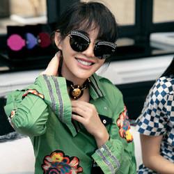 陈燃绿色刺绣衬衫裙巴黎出活动 黑超遮面笑容灿烂