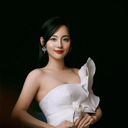 张嘉倪白裙红唇亮相上海 展现温柔力量