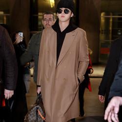 品牌代言人吴亦凡现身巴黎机场 将前往巴黎时装周观看大秀