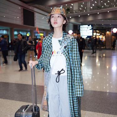 周冬雨现身机场 头戴格纹渔夫帽清新可爱