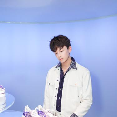 吴磊现身米兰出席品牌预览 蓝白搭配少年感满分
