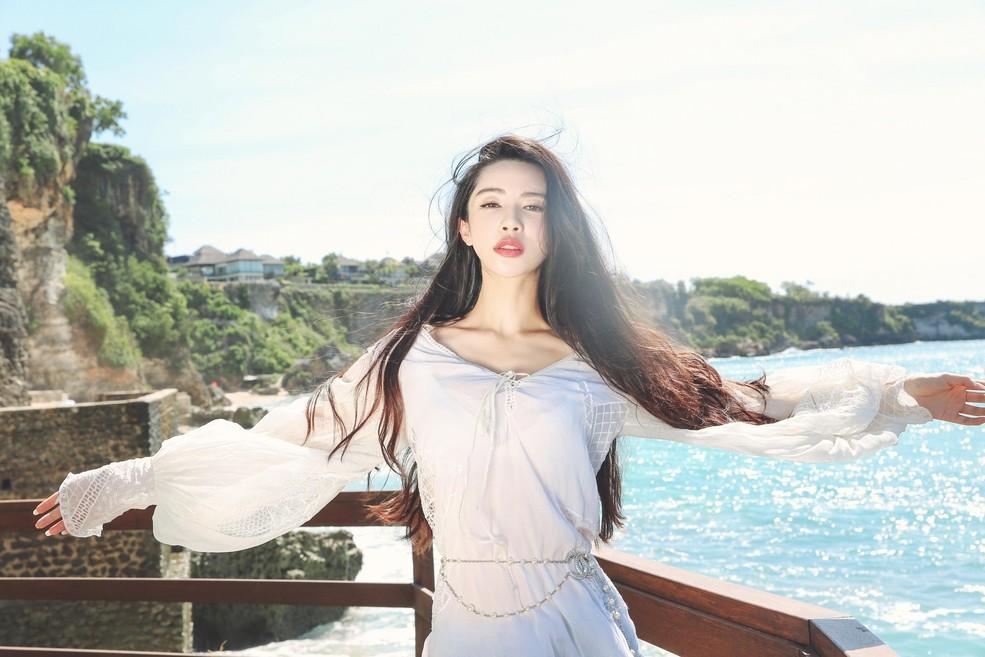 性感女神潘霜霜巴厘岛拍摄写真 花仙子造型深v薄纱秀长腿
