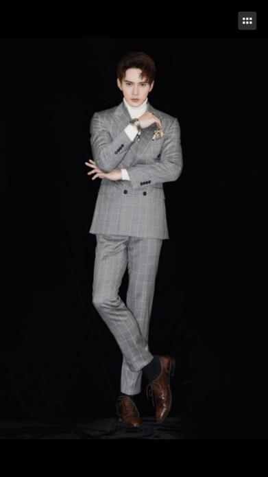 徐正溪身着灰色格子西装搭配复古牛皮鞋现身新剧发布会
