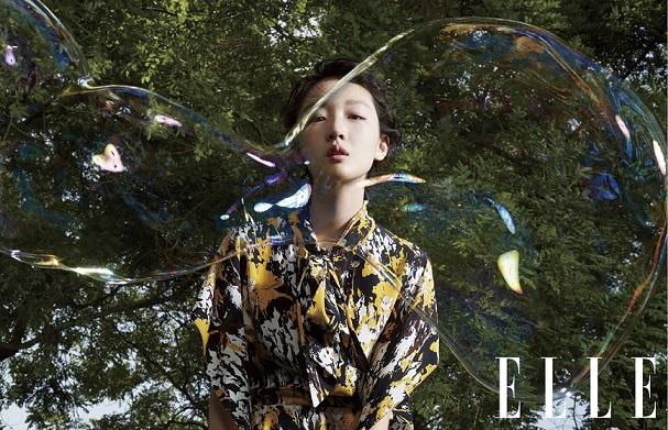 周冬雨登ELLE世界时装之苑八月刊封面