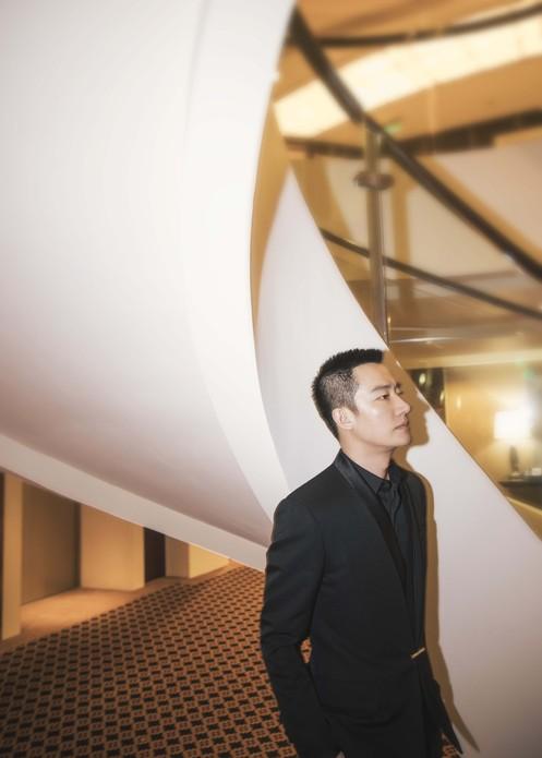 黄轩亮相品牌上海高订大秀 经典黑色西装气宇非凡