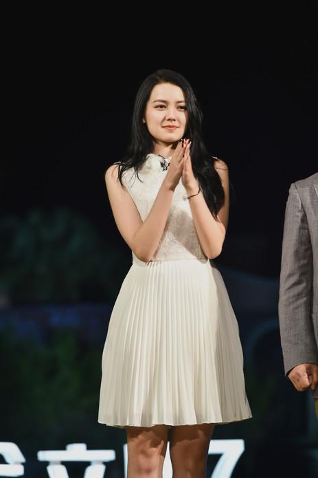 李诗颖白T亮相《小镇故事》为赤坎美食向李健取经