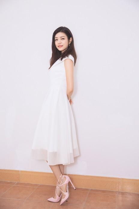 陈妍希现身品牌活动 白裙优雅状态满分