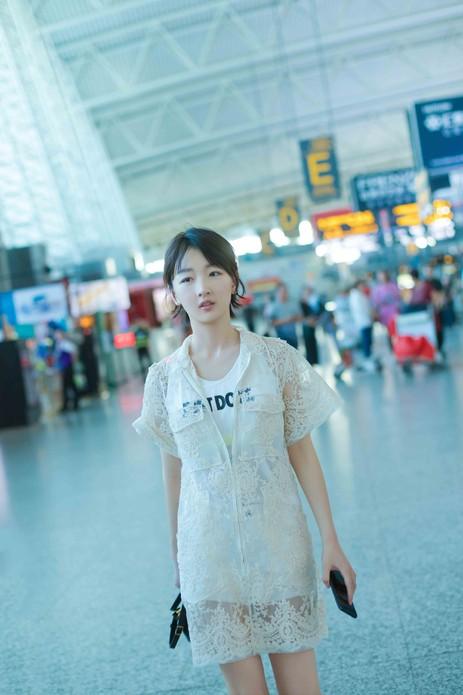 周冬雨时尚造诣愈发深厚 鲜明化机场街拍引领潮流