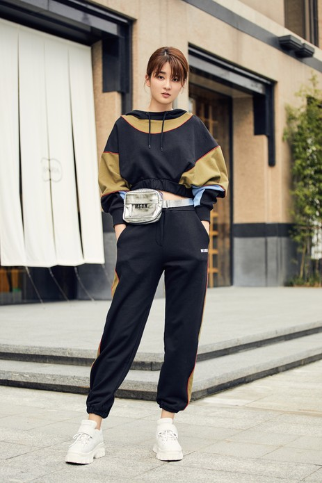乔欣开启米兰时装周之旅,机场街拍舒适清爽少女活力