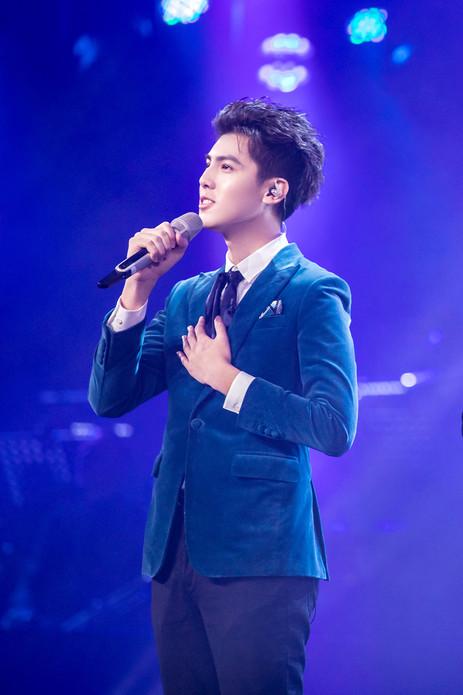 《声入人心》舞台少年蔡尧终养成 绅士亮相音乐会唱响《天边》