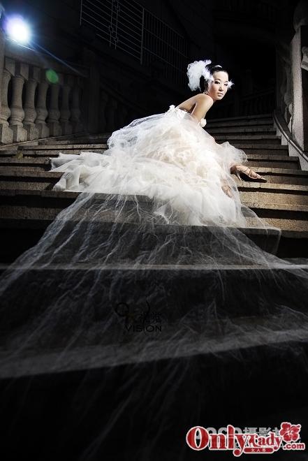 一个人穿着婚纱舞月光